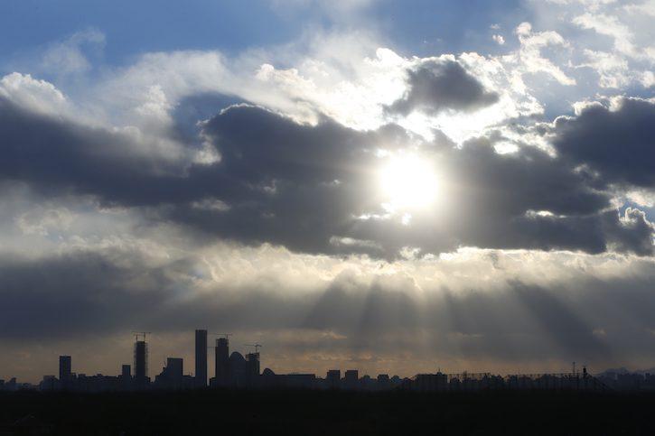 中国最近宣布开展京津冀电力市场建设有关工作,这可能意味着会有更多的蓝天,就像北京城外这样。(照片:Lintao Zhang/Staff/Getty Images)