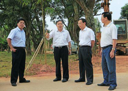 梁罗跃(左二)在检查公园建设进度。(丘立贺摄)