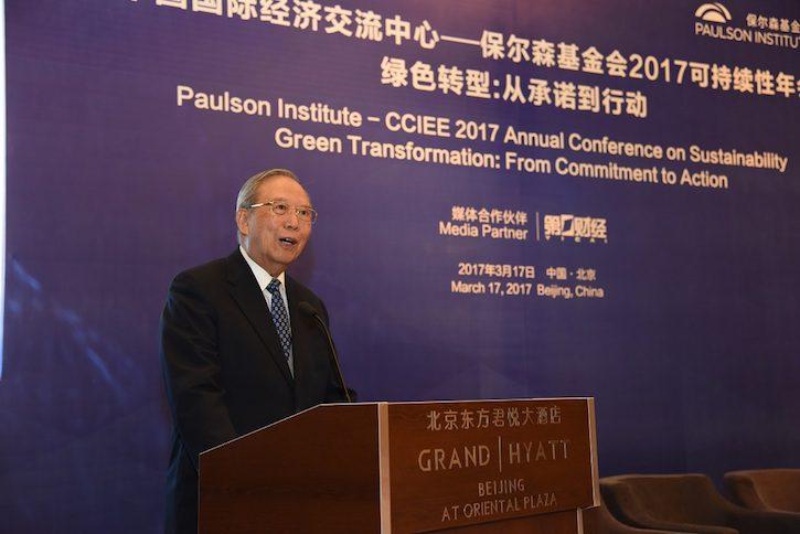 中国国际经济交流中心理事长曾培炎在2017可持续性年会上讲话。