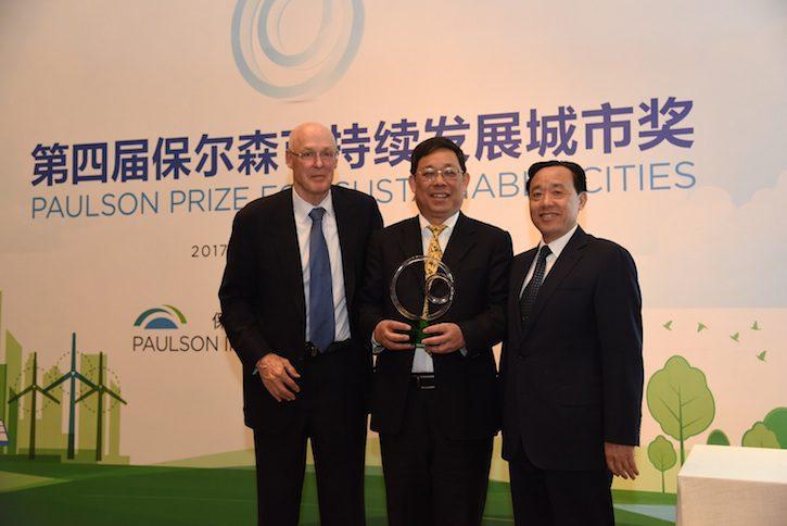 保尔森先生与农业部副部长屈冬玉共同为获奖代表成都市副市长刘烈东颁奖