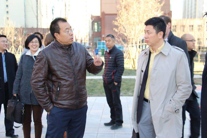 中建方程投资发展有限公司助理总经理杨洪禄与中国人保保险事业部行业业务处处长秦余国在北安河新型城镇化示范项目的建筑工地探讨在中国合作推广绿色建筑。