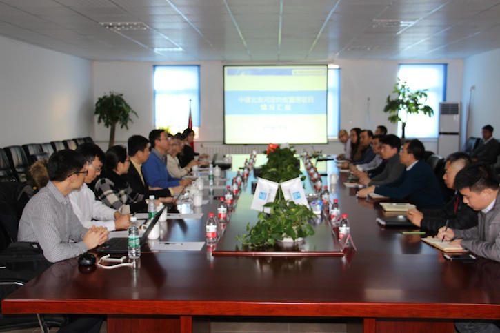 中国建筑工程总公司和中国人民保险集团股份有限公司的高管以及保尔森基金会共同讨论为绿色建筑引入绿色保险机制的可行性。