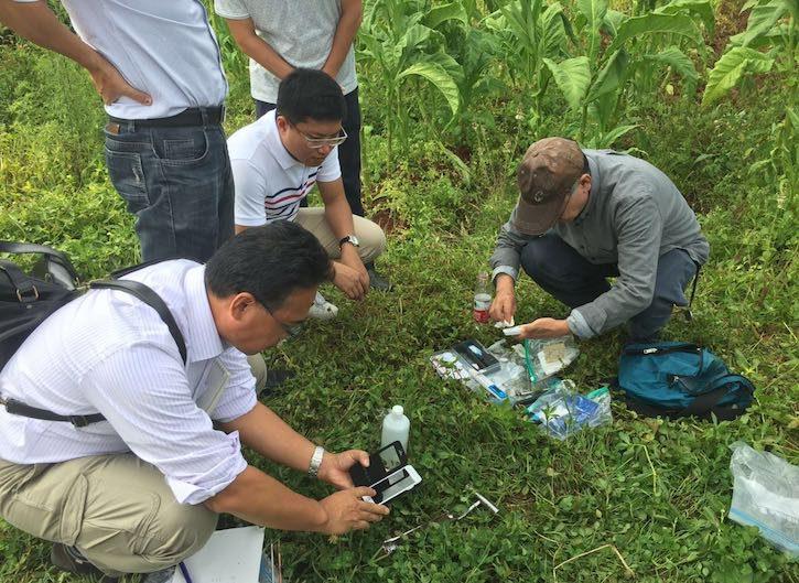 日本专家现场测定土壤相关指标