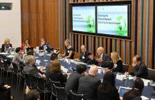 """保尔森基金会主席亨利·保尔森在 """"推进绿色金融体系"""" 第四次圆桌会议上发表讲话。"""
